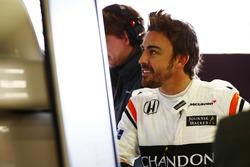 Фернандо Алонсо, McLaren, вивчає дані у боксах