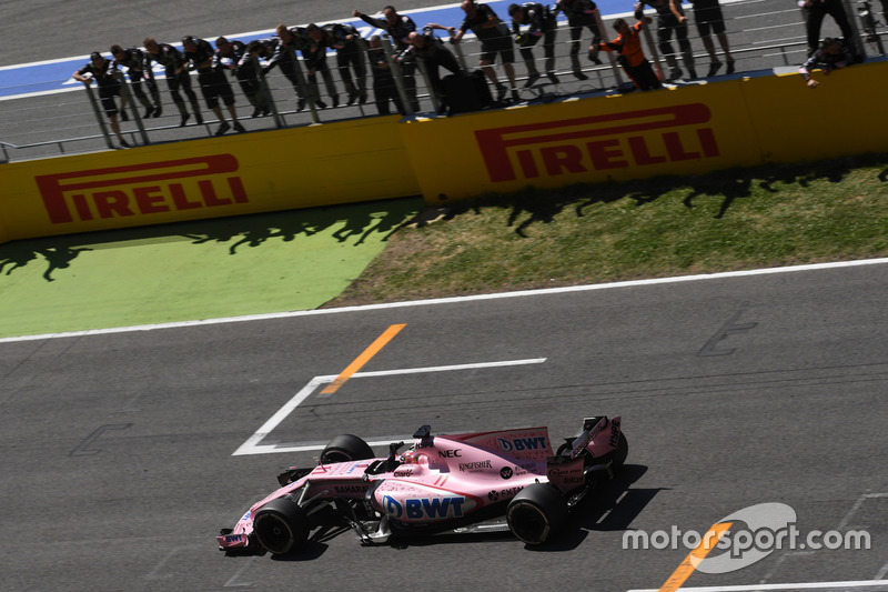 Sergio Perez, Sahara Force India VJM10 passe la ligne