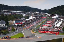Max Verstappen, Red Bull Racing RB13, Daniel Ricciardo, Red Bull Racing RB13, Fernando Alonso, McLaren MCL32, on the opening la
