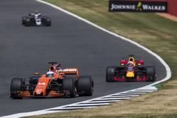 Fernando Alonso, McLaren MCL32, Daniel Ricciardo, Red Bull Racing RB13