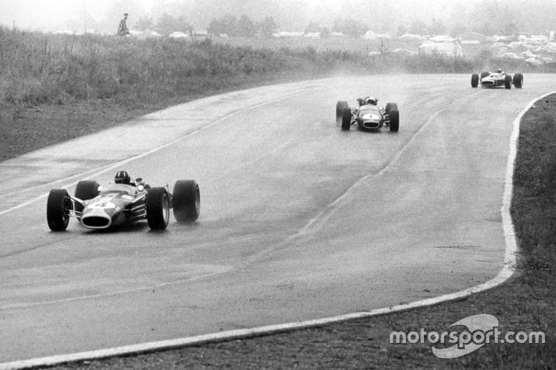 Graham Hill, Lotus 49-Ford, lidera a Jack Brabham, Brabham BT24-Repco, y Jackie Stewart, BRM P83