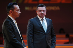 Yusuke Hasegawa, Senior Managing Officer, Honda, and Eric Boullier, Racing Director, McLaren, on stage at the launch of the McLaren MCL32