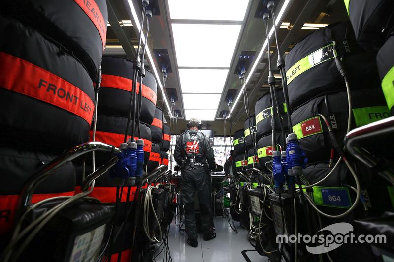 A Haas F1 Team, Ingenieur arbeitet in der Box