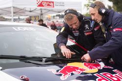 Les mécaniciens travaillent sur la voiture de Sébastien Loeb, Team Peugeot-Hansen, Peugeot 208 WRX