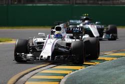 Felipe Massa, Williams FW40, precede Valtteri Bottas, Mercedes AMG F1 W08