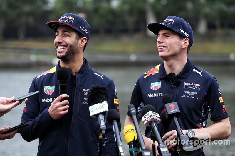 Daniel Ricciardo, Red Bull Racing et Max Verstappen, Red Bull Racing avec les médias lors d'une course de canots sur la rivière Yarra