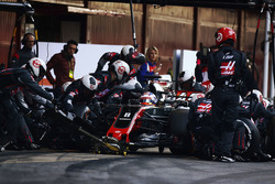 Romain Grosjean, Haas F1 Team VF-17, practice their pit stops