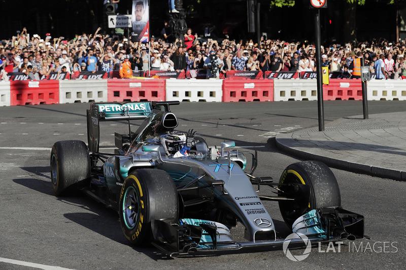Valtteri Bottas, Mercedes, melakukan atraksi di jalan