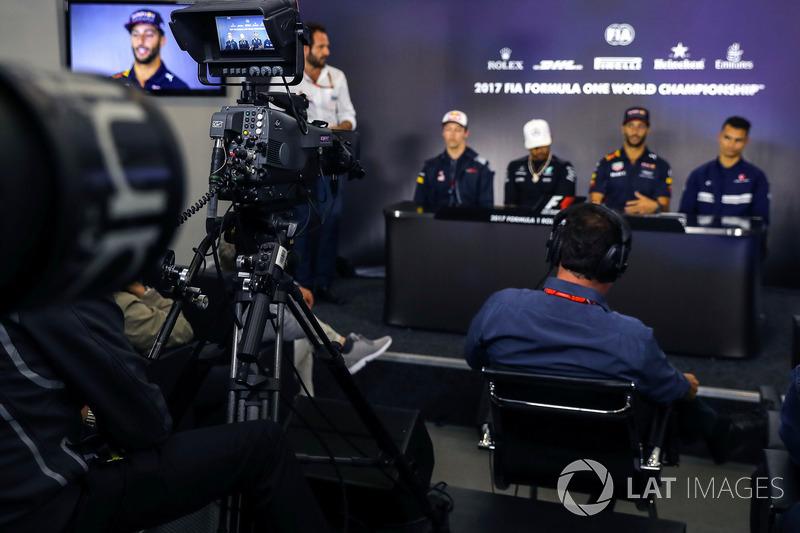 Matteo Bonciani, FIA-Pressesprecher, Daniil Kvyat, Scuderia Toro Rosso, Lewis Hamilton, Mercedes AMG
