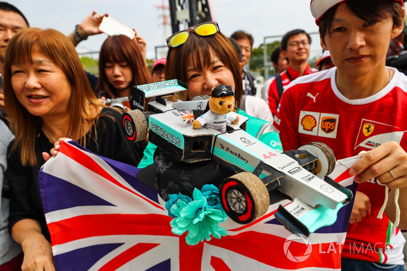 Уболівальники Льюіcа Хемілтона, Mercedes AMG F1