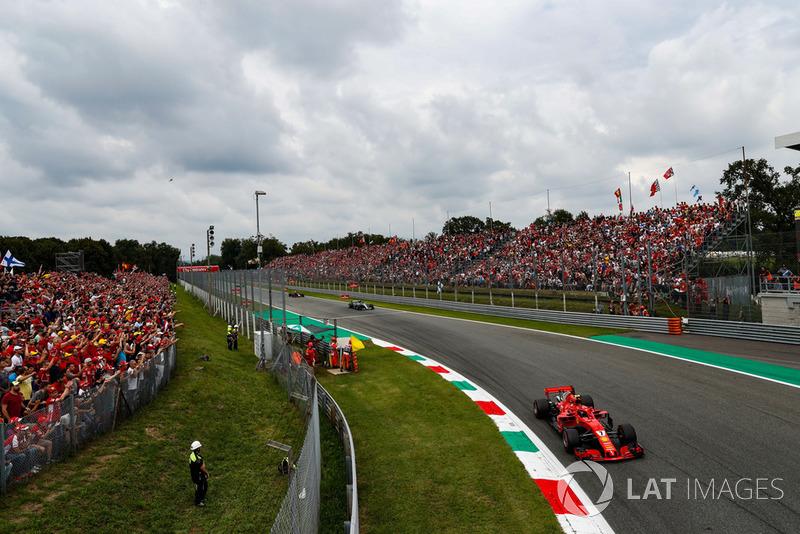 Kimi Raikkonen, Ferrari SF71H, lidera Lewis Hamilton, Mercedes AMG F1 W09 y Max Verstappen, Red Bull Racing RB14