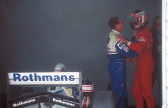 Gerhard Berger, Ferrari félicite Nigel Mansell, Williams