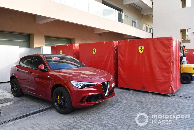 Un Alfa Romeo Stelvio et du frêt Ferrari