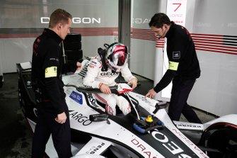 Jose Maria Lopez, GEOX Dragon Racing entre dans sa Penske EV-3 in the garage