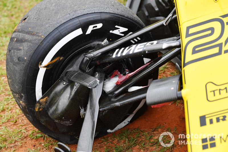 Crashed car of Nico Hulkenberg, Renault Sport F1 Team R.S. 18 in FP2