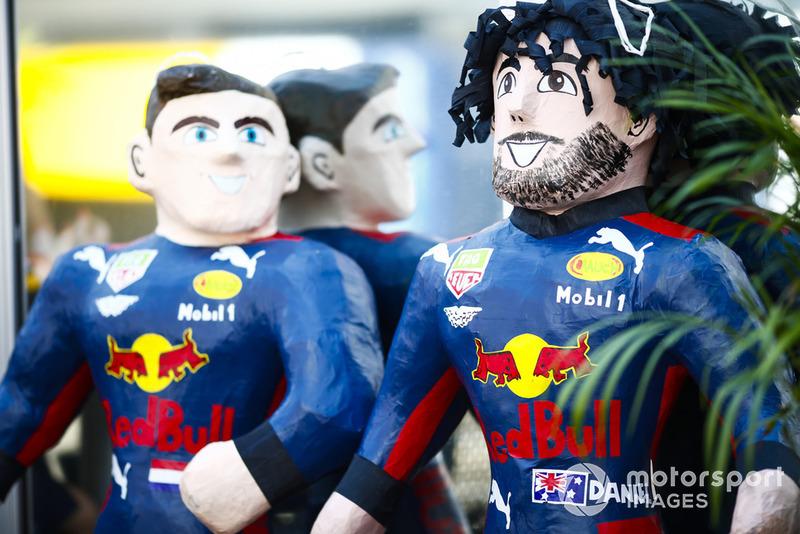 Piñatas de Daniel Ricciardo, Red Bull Racing, y Max Verstappen, Red Bull Racing