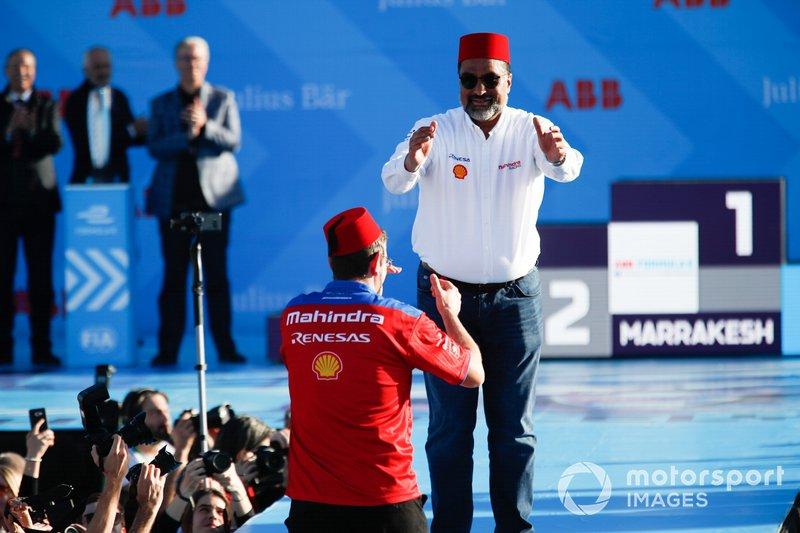 Dilbagh Gill, CEO de Mahindra Racing, celebra en el podio