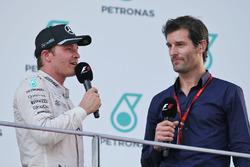 Nico Rosberg, de Mercedes AMG F1 en el podio con Mark Webber, piloto del Porsche equipo WEC / canal