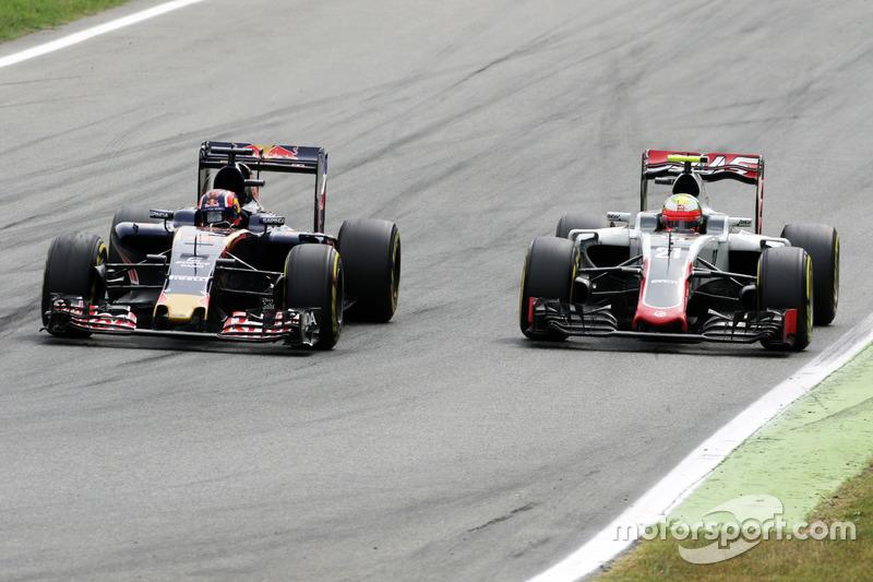 Daniil Kvyat, Scuderia Toro Rosso STR11 and Esteban Gutierrez, Haas F1 Team VF-16 battle for position