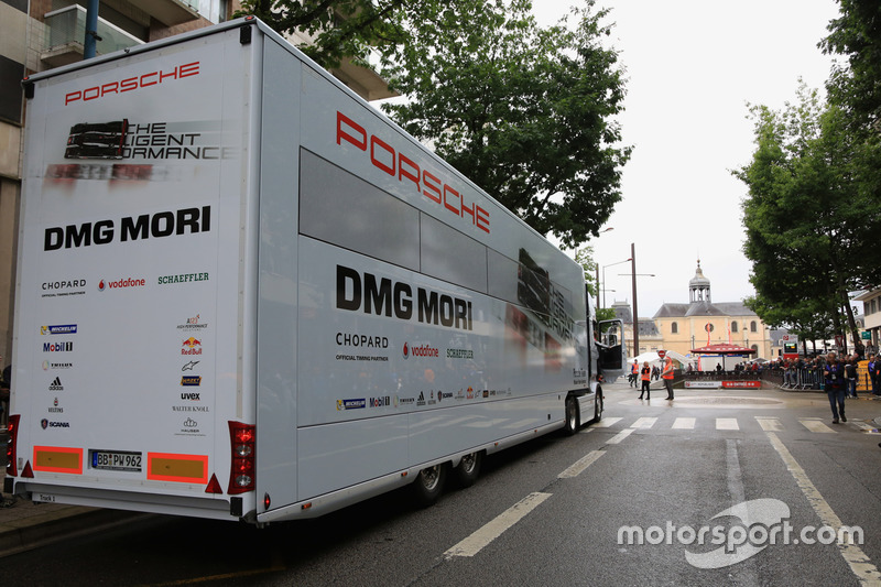 Вантажівка команди Porsche