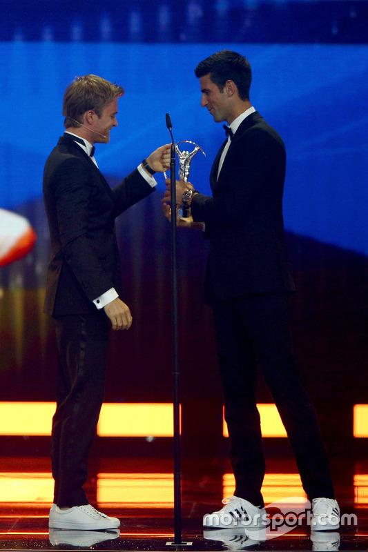 Nico Rosberg, Mercedes AMG F1 Team, gratuliert dem Sportler des Jahres, Tennisspieler Novak Djokovic