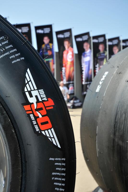 Firestone-Reifen für das 100. Indy 500 mit den Namen aller bisherigen Sieger