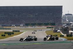 Lewis Hamilton, Mercedes AMG F1 W09, Nico Hulkenberg, Renault Sport F1 Team R.S. 18
