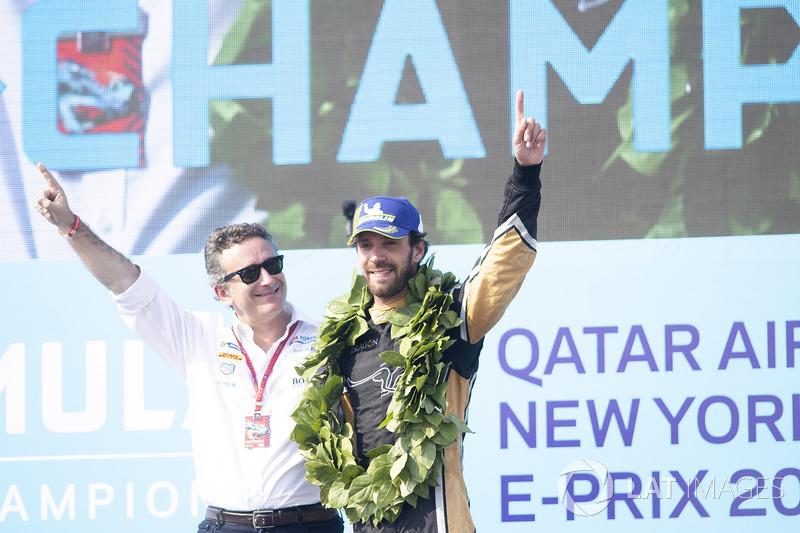 Alejandro Agag, CEO, Formula E, ene l podio con el campeón Jean-Eric Vergne, Techeetah