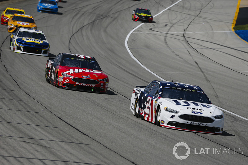 Brad Keselowski, Team Penske, Ford Fusion Stars, Stripes, and Lites e Kurt Busch, Stewart-Haas Racing, Ford Fusion Haas Automation, guidano un gruppo