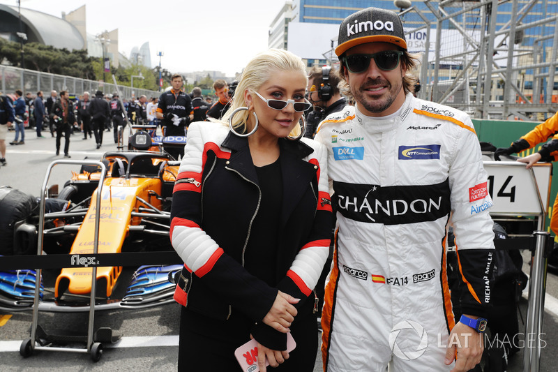 Кристина Агилера рядом с Фернандо Алонсо на стартовой решетке