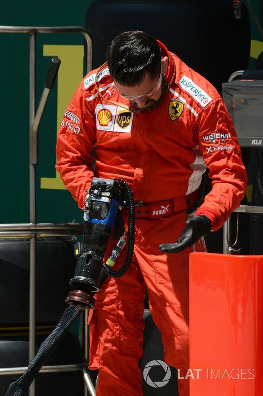 Un mécanicien Ferrari avec un pistolet pneumatique