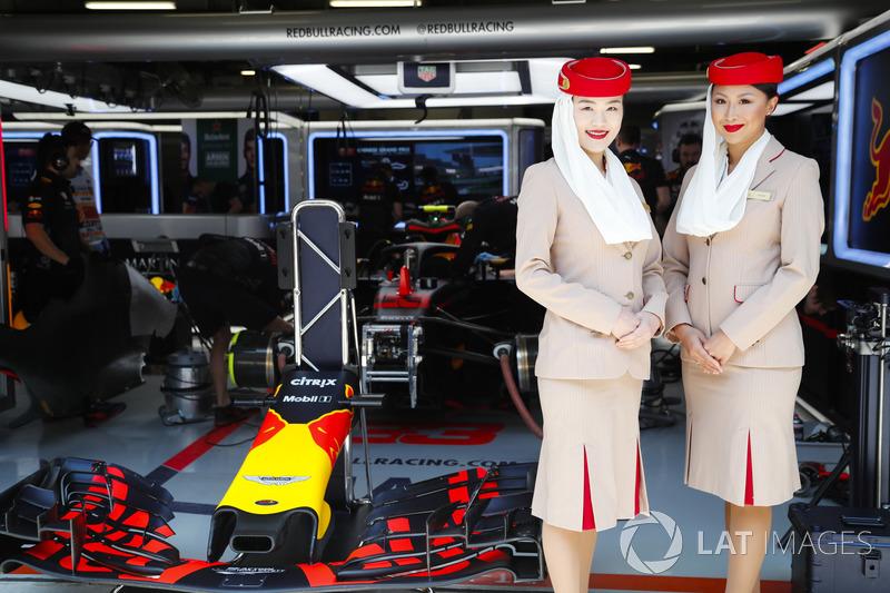 Des hôtesses Etihad à l'extérieur du garage Red Bull