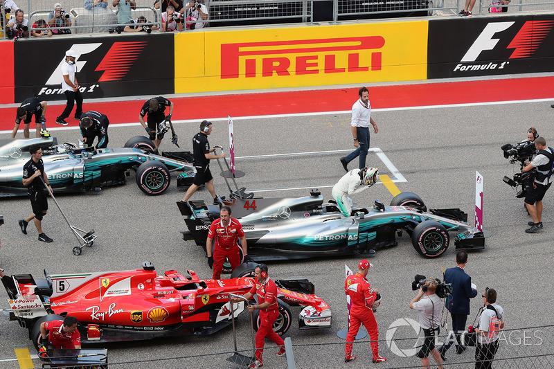 Ganador de la pole Lewis Hamilton, Mercedes-Benz F1 W08 celebra en parc ferme con Sebastian Vettel, Ferrari SF70H y Valtteri Bottas, Mercedes-Benz F1 W08