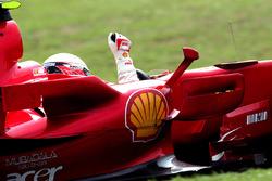 Il Campione del Mondo Kimi Raikkonen, Ferrari F2007 festeggia la vittoria