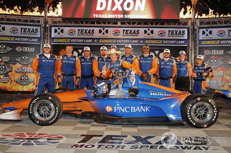 Scott Dixon, Chip Ganassi Racing Honda celebrates in victory lane with his team