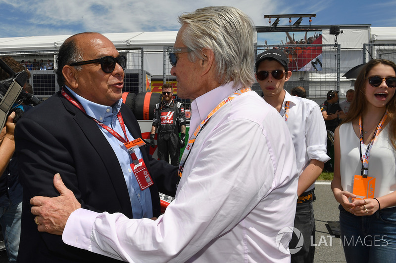 Antonio Perez Garibay, padre di Sergio Perez, e Michael Douglas, in griglia
