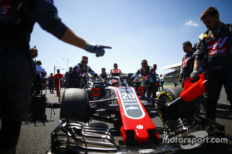 Kevin Magnussen, Haas F1 Team VF-18, arriva in griglia