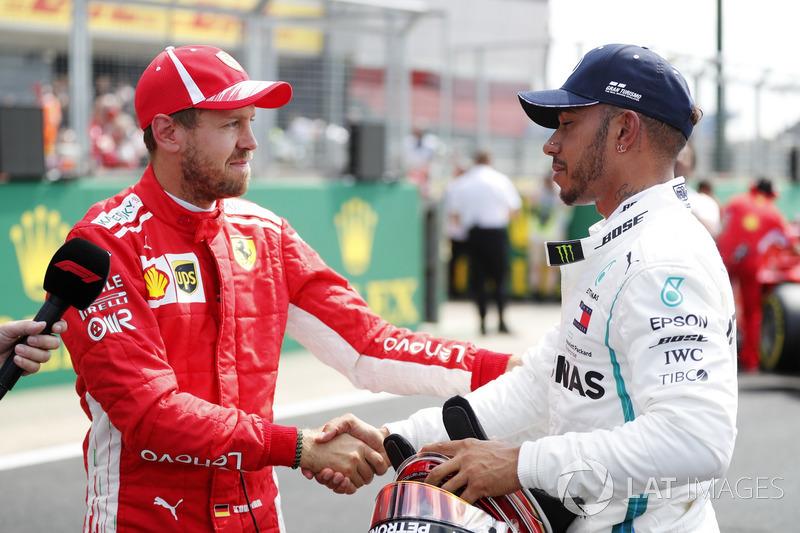 Sebastian Vettel, Ferrari, parabeniza Lewis Hamilton, Mercedes AMG F1, após a classificação