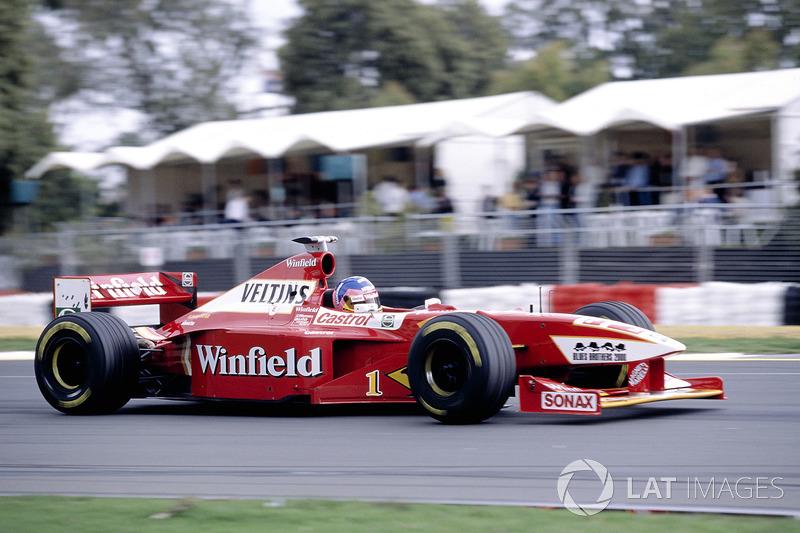 Их ближайший преследователь Вильнев выбрал тактику с одной остановкой и проигрывал машинам McLaren по две-три секунды с круга