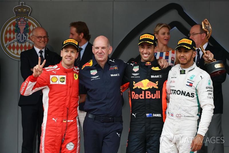 Podio: segundo puesto Sebastian Vettel, Ferrari, Adrian Newey, Red Bull Racing, ganador de la carrera Daniel Ricciardo, Red Bull Racing, tercer puesto Lewis Hamilton, Mercedes-AMG F1