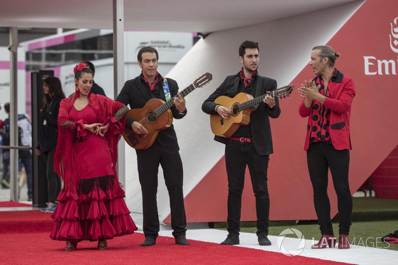 Музыканты и танцоры фламенко