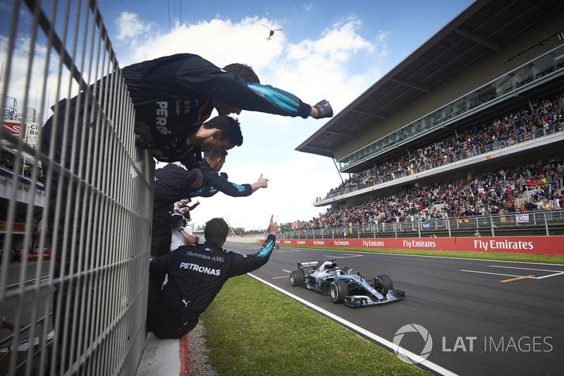 В Испании Льюис Хэмилтон выиграл свою вторую гонку 2018 года. Эта победа стала 64-й в карьере гонщика Mercedes