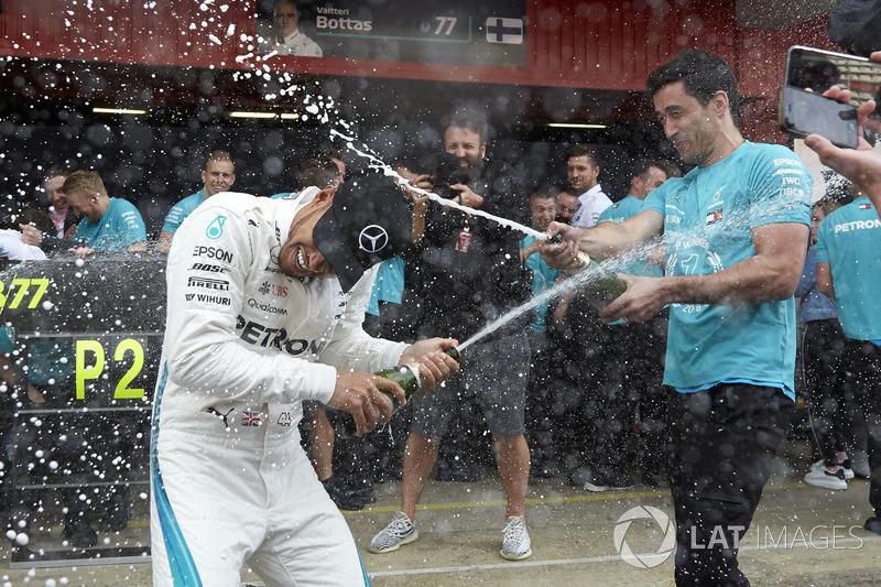 Льюис поднялся на подиум в 121-й раз в карьере (больше только у Шумахера – 155), а также продлил свою рекордную серию финишей в очках, насчитывающую уже 30 Гран При подряд