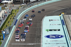 Arrancada: Tyler Reddick, Chip Ganassi Racing Chevrolet, Cole Custer, Stewart-Haas Racing Ford líder