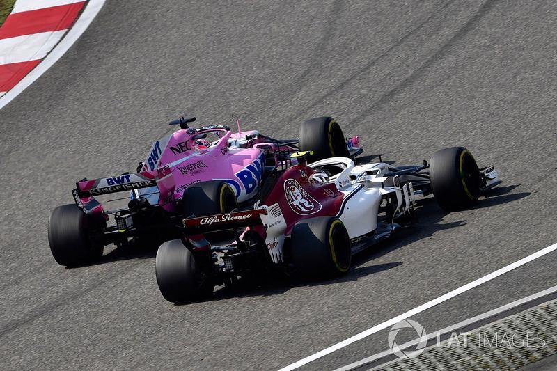 Charles Leclerc, Sauber C37 e Sergio Perez, Force India VJM11