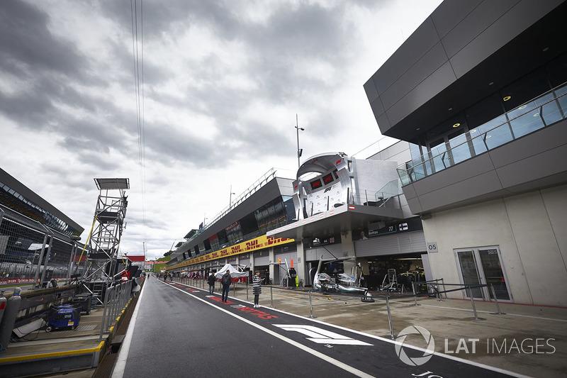Una vista panorámica de la calle de boxes y el garaje de Mercedes