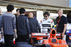 Fernando Alonso, McLaren, McLaren engineers alongside LAT photographer Steven Tee