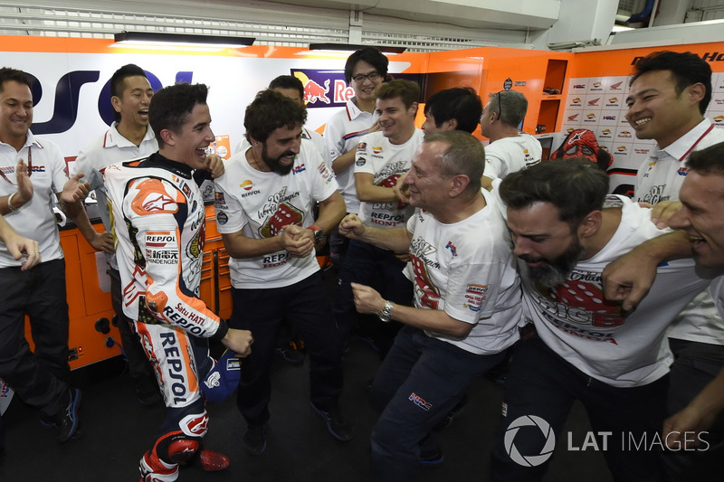 Le Champion du monde Marc Marquez, Repsol Honda Team, fête son titre avec son équipe