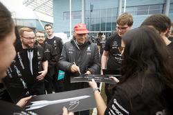 Niki Lauda, Presidente no ejecutivo, Mercedes AMG F1 con miembros del equipo