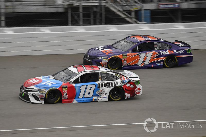 Kyle Busch, Joe Gibbs Racing, Toyota Camry M&M's Red White & Blue e Denny Hamlin, Joe Gibbs Racing